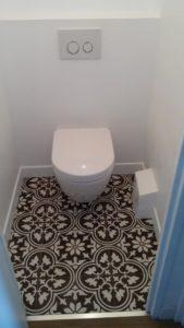 Toilettes avec panneaux pour faciliter l'entretien